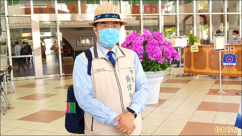 市長黃偉哲展示要送給阿中部長的台南文創品藺草帽和茄芷帆布背包。(記者蔡文居攝)