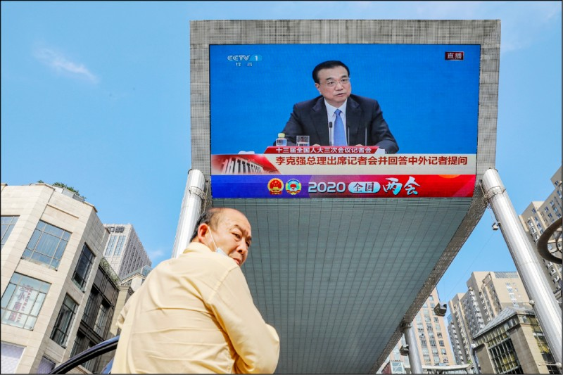 中國全國人大會議昨閉幕,國務院總理李克強在記者會上回答兩岸關係時稱,對台方針是堅持「一個中國」原則、「九二共識」,堅決反對台獨,願在此基礎上,推動兩岸和平發展和促進和平統一。(歐新社)