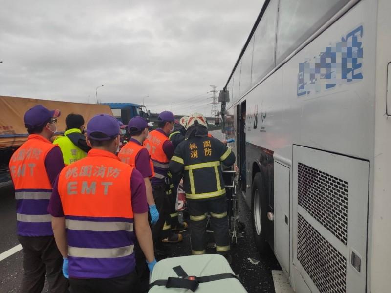 國1北上44公里處發生聯結車與國客運撞擊車禍,造成8人送醫。(消防局提供)