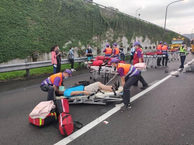 國1北上44公里處清晨發生聯結車與國客運撞擊車禍,造成8人送醫。(消防局提供)