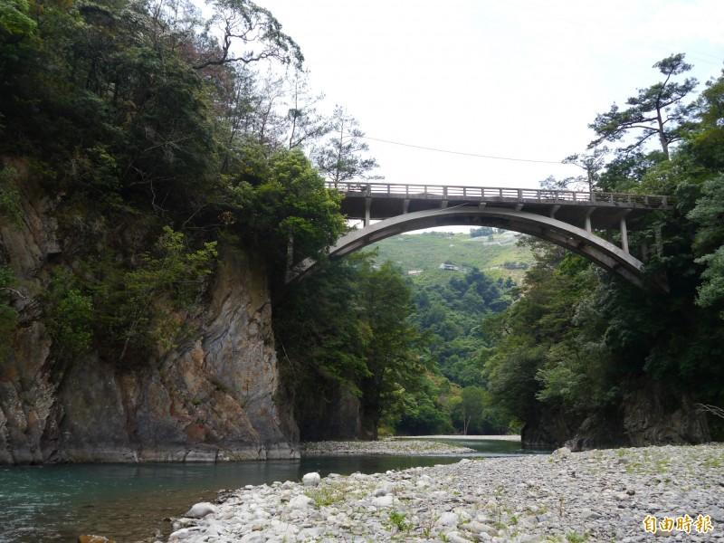 仁壽橋大甲溪畔風光,呈現高山部落之美。(記者張軒哲攝)