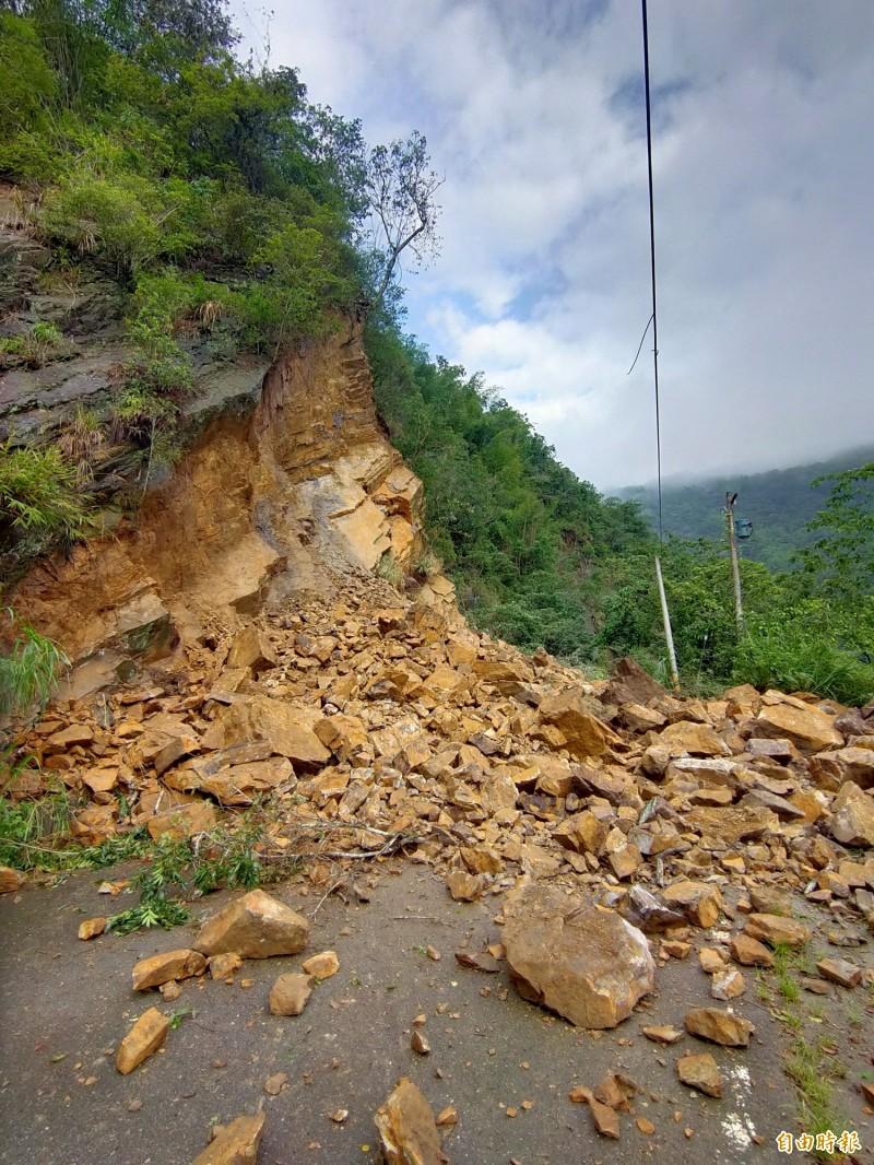 南投縣埔里鎮南村里台14線觀音3號旁生態步道邊坡今天凌晨嚴重崩塌,大量石塊滑落阻斷道路。(記者佟振國攝)