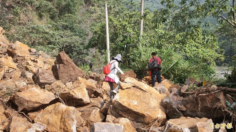 一早務農民眾發現山崩無法通行,冒險徒步通過。(記者佟振國攝)