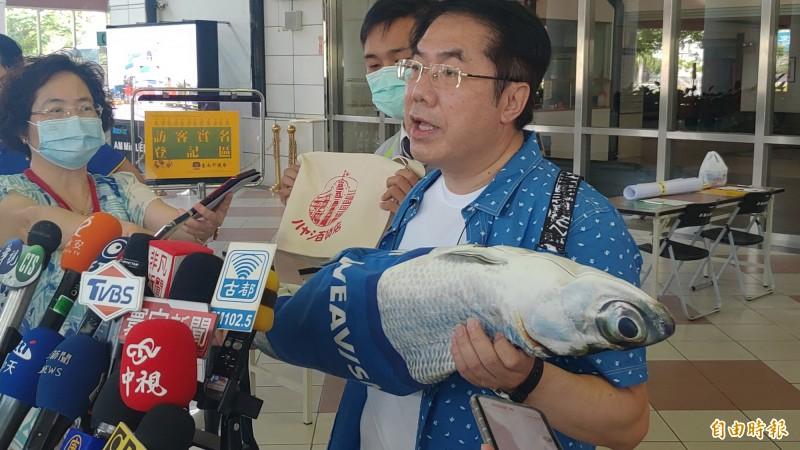 黃偉哲說,虱目魚是台南的名產之一,這個虱目魚包裡面確實也可以裝東西。(記者蔡文居攝)
