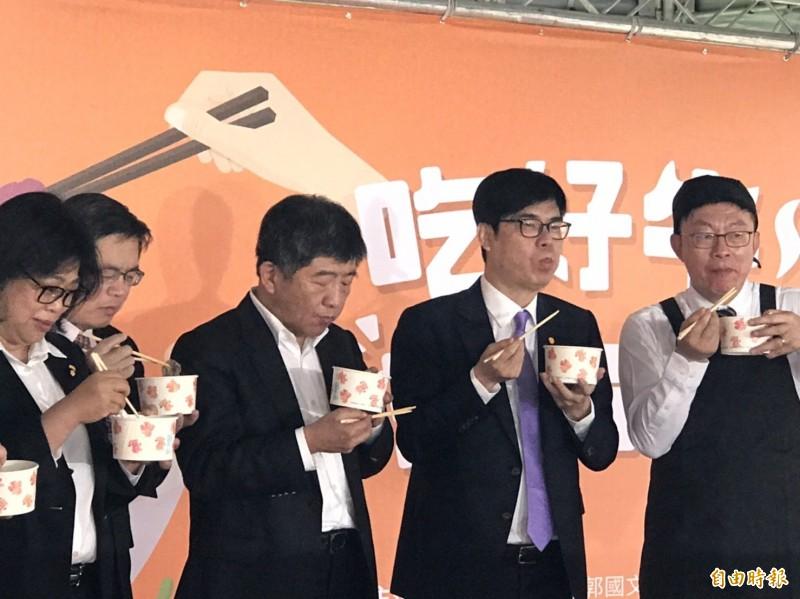 行政院副院長陳其邁(右二)、衛福部長陳時中(右三)出席民進黨立委郭國文主辦的台南溫體牛活動,在記者會上大讚台南牛肉新鮮美味。(記者彭琬馨攝)