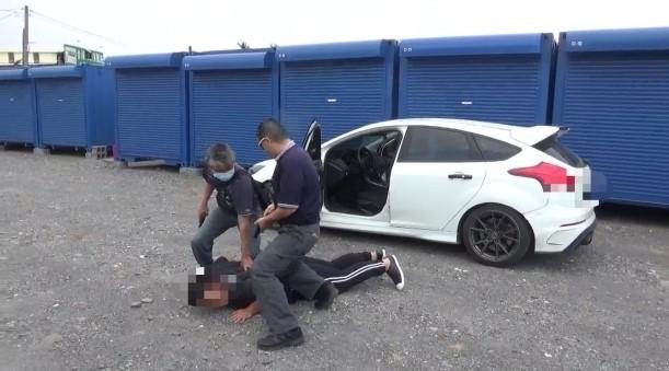 屏東警方破獲地下製毒工廠,現場逮捕嫌犯。(記者葉永騫翻攝)