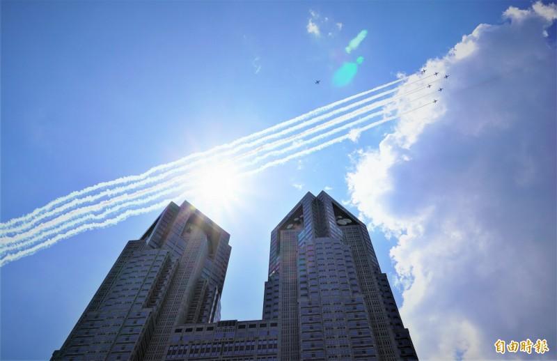 日本航空自衛隊「藍色衝擊波」飛行表演隊飛越東京都廳上空。(記者林翠儀攝)