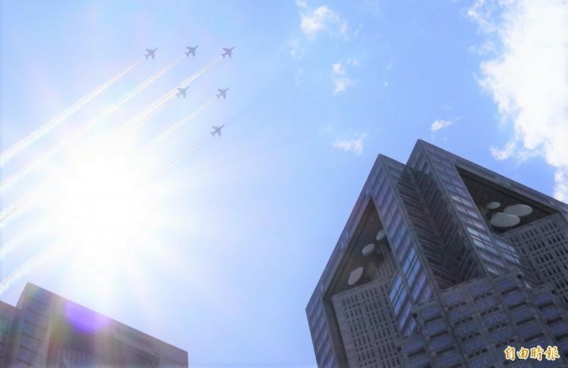 航空自衛隊的「藍色衝擊波」6機編隊飛越東京,向醫療人員的感謝和敬意。(記者林翠儀攝)