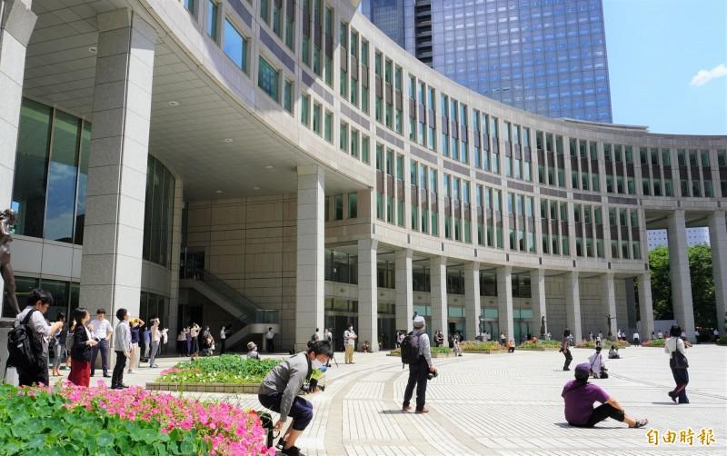 東京都廳前廣場聚集了民眾,等待「藍色衝擊波」機隊通過。(記者林翠儀攝)