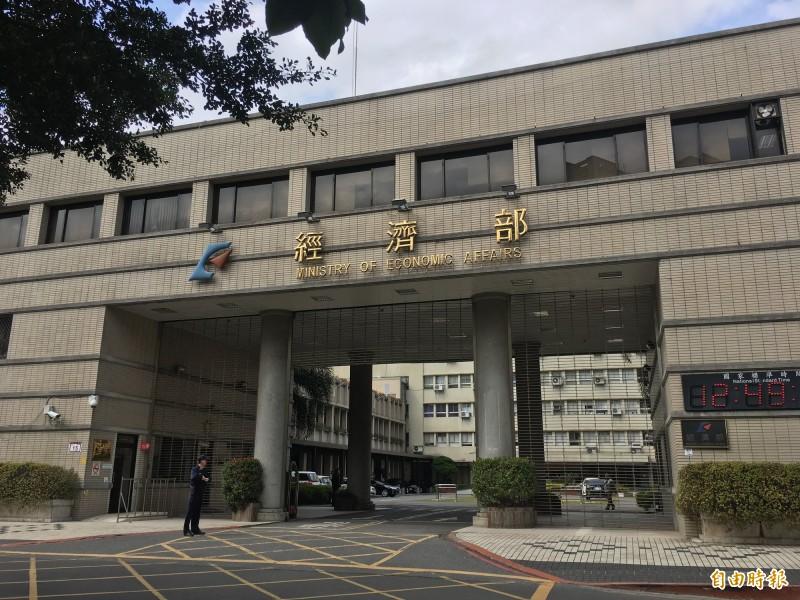 經濟部水利署發出淹水警戒,目前包括台北文山區、新北新店區都列入一級淹水警戒。(記者黃佩君攝)