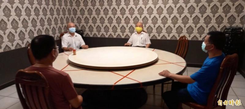 「美麗華」在圓桌包廂座位採標示梅花座方式防疫。(記者丁偉杰攝)