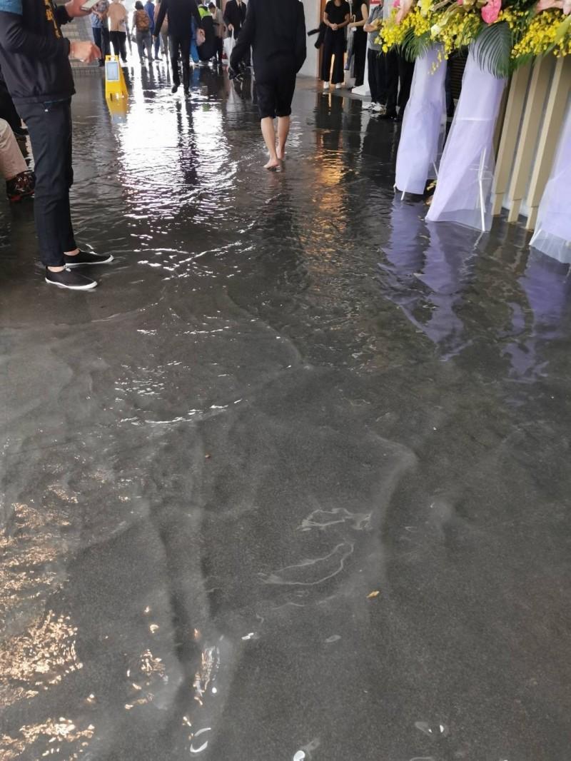 台北市立第二殯儀館淹水約10公分。(議員秦慧珠辦公室提供)