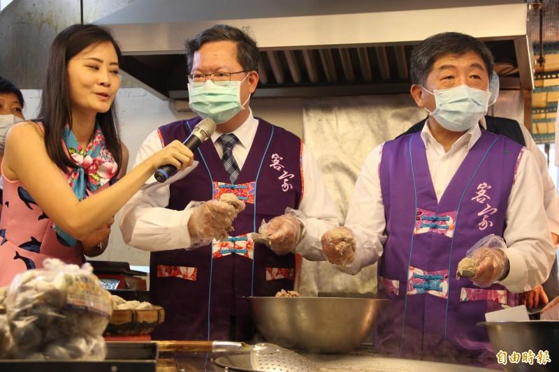 桃園市長鄭文燦(左)與衛福部長陳時中(右)一同試做手工魚丸,象徵「防疫丸勝」。(記者許倬勛攝)