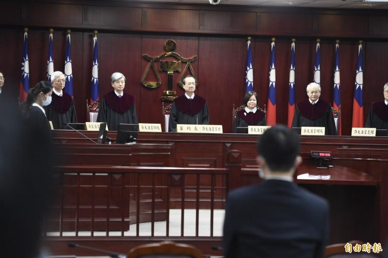 大法官今對通姦除罪釋憲案做出第791號解釋,且打破慣例,首度在憲法法庭由大法官會議主席、司法院長許宗力宣示釋憲文。(記者叢昌瑾攝)