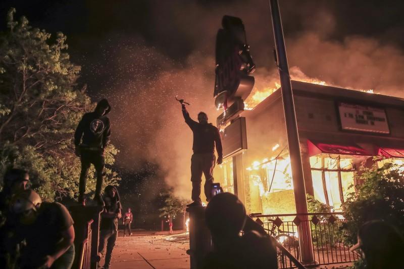 非裔男子佛洛伊德疑遭警方執法過當身亡,如今演變為暴動事件。(歐新社)
