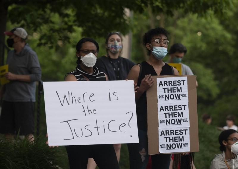 警察執法過當致死事件引發眾怒,近日當地接連爆發抗議,要求追究當事警察的責任。(法新社)