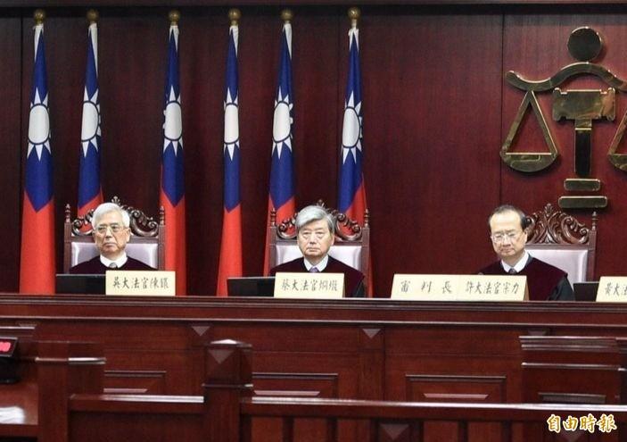 大法官吳陳鐶(左一)發表唯一一份《不同意見書》。(記者叢昌瑾攝)