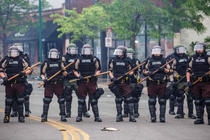 美國警察過度執法造成一名非裔男子死亡事件愈演愈烈,明尼蘇達州已動用國民兵及空軍部隊進駐,以應付突發狀況。(法新社)