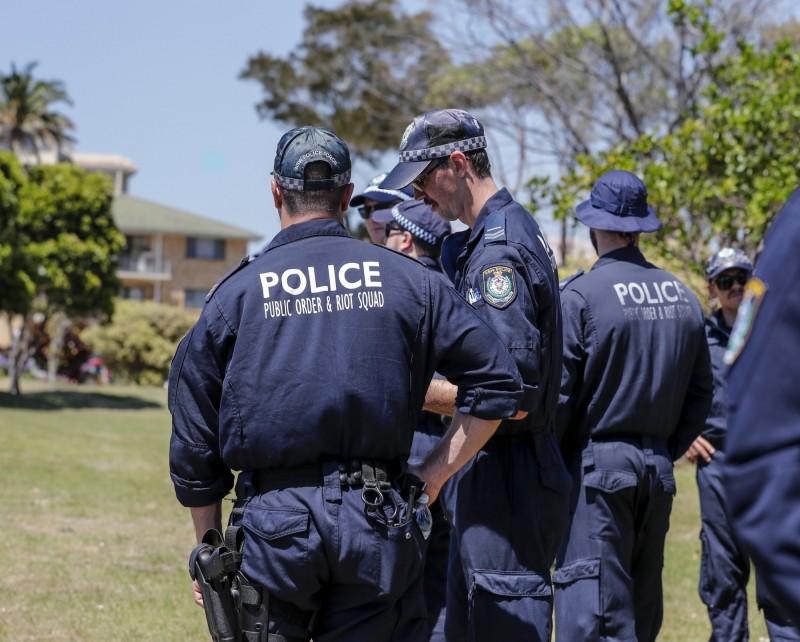 澳洲男子為了滿足自己的性幻想,雇人綁住自己再用掃把柄摩擦他的內褲周圍,沒想到他卻給了兩名受雇者錯誤的住址,導致對方闖錯房屋被告上法院。澳洲警察示意圖。(歐新社)