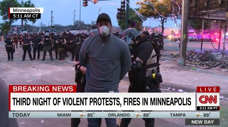 CNN1名非裔記者29日在明尼蘇達州進行現場連線報導,卻遭多名白人鎮暴警察逮捕。(圖取自CNN)