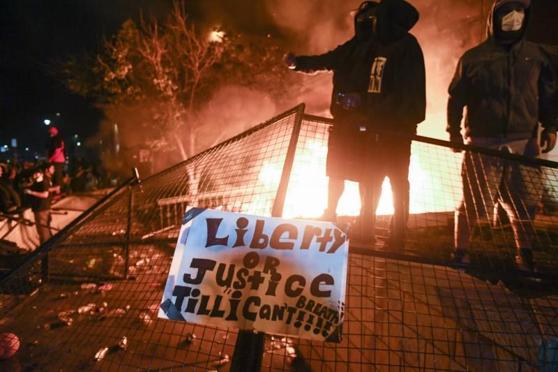 明尼亞波利斯(Minneapolis)執法嚴重失當案引起外界猛烈抗議。(歐新社)