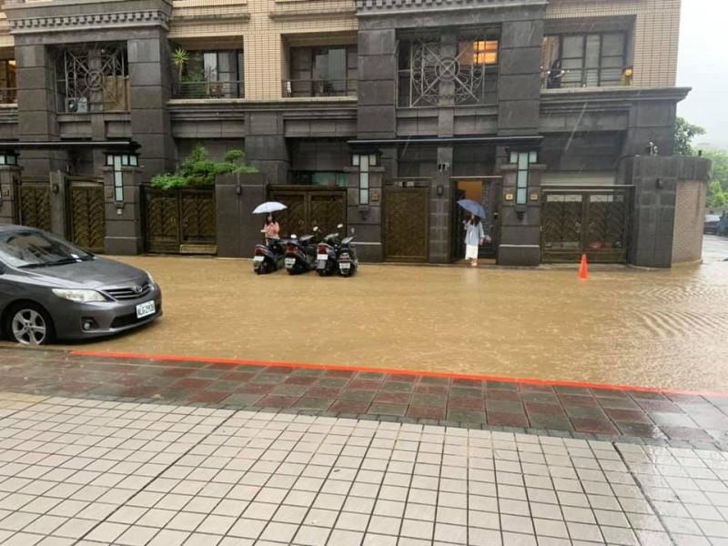 文山區路上淹起黃泥大水。(圖擷自臉書)