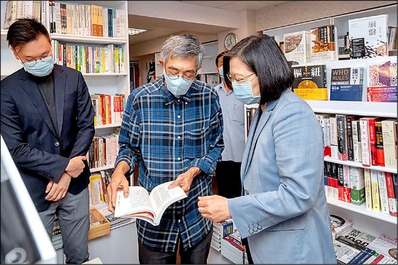 總統蔡英文昨早造訪位於台北中山區的銅鑼灣書店,拜會遭到北京政府迫害的書店創辦人林榮基(中)。圖左為民進黨副秘書長林飛帆。(取自蔡英文臉書)