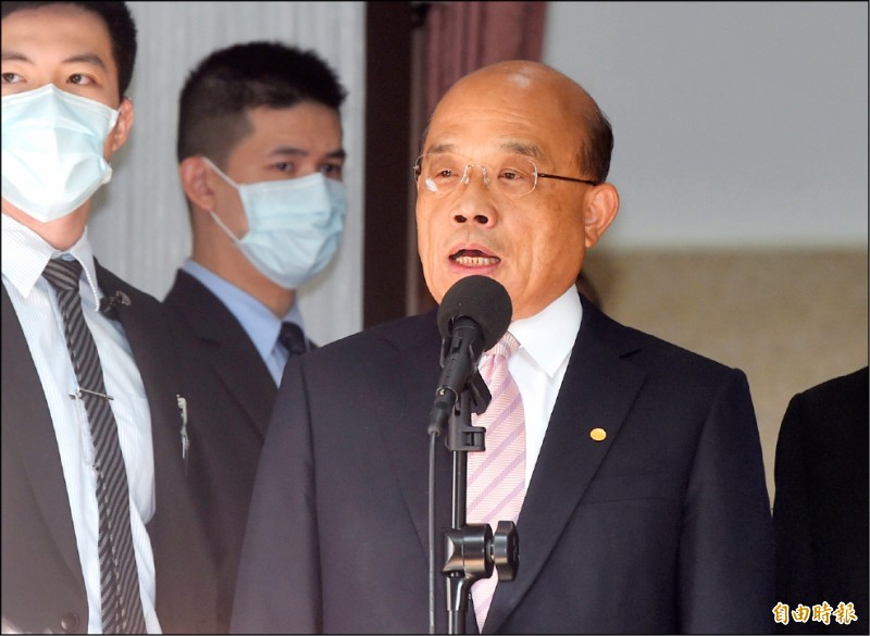 行政院長蘇貞昌昨列席立法院報告施政方針,他進入議場前被問到對「港版國安法」的看法時表示,看到香港現況更該警惕,台灣唯有自立自強,才能在世界有一席之地。(記者簡榮豐攝)