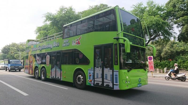 阿中部長今天下午遊台南,將搭乘雙層觀光巴士,從不同視野角度體驗城市風光。(記者洪瑞琴攝)