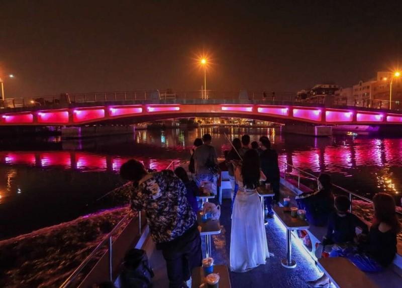 體驗運河遊船欣賞橋梁光雕。(圖擷自南市觀旅局官網)