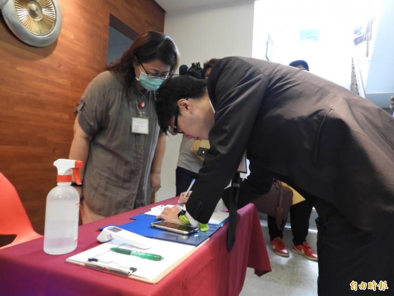 罷韓提案領銜人陳冠榮簽到。(記者葛祐豪攝)