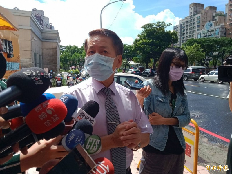 高雄市選委會總幹事袁德明說,韓市長在意願調查裡勾選另有要公不出席罷免說明會。(記者葛祐豪攝)