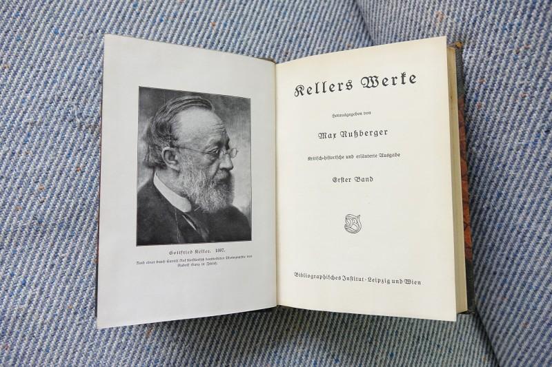翻譯名家且精研228事件的Günter Whittome (張君德)德國學者及輔仁大學張省卿教授夫婦,捐贈贈珍貴德文書籍給國圖,圖為凱勒集。(國圖提供)