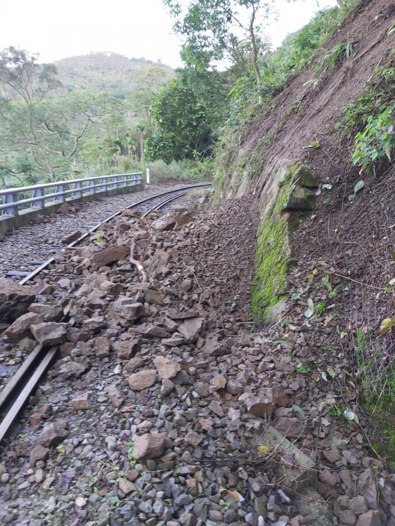 阿里山林業鐵路26k+880處獨立山車站附近上邊坡土石滑落,覆蓋鐵軌。(記者蔡宗勳翻攝)