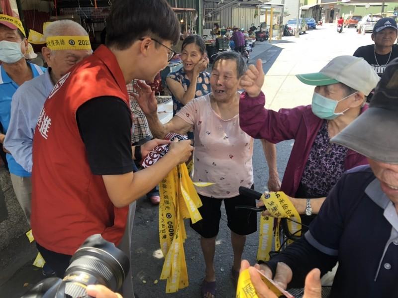 罷韓團體來到高雄市林園區、小港區發放罷韓黃絲帶,吸引許多鄉親索取。(記者葛祐豪翻攝)
