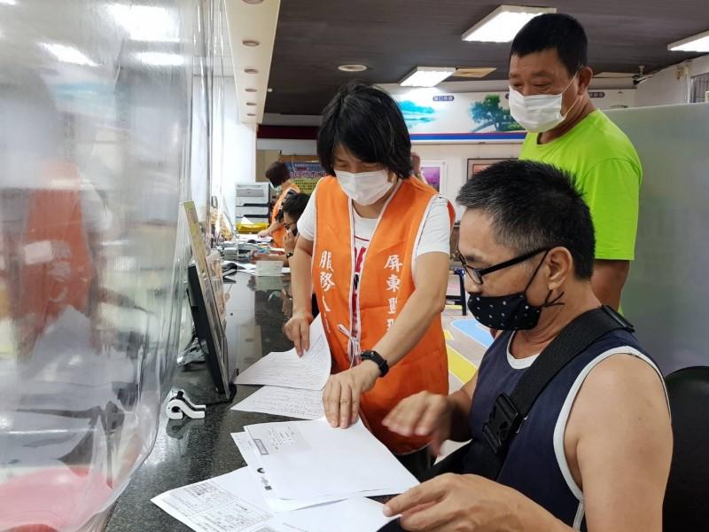 屏東監理站安排專人全程協助運將填寫運輸業防疫物資補助申請書表。(屏東監理站提供)