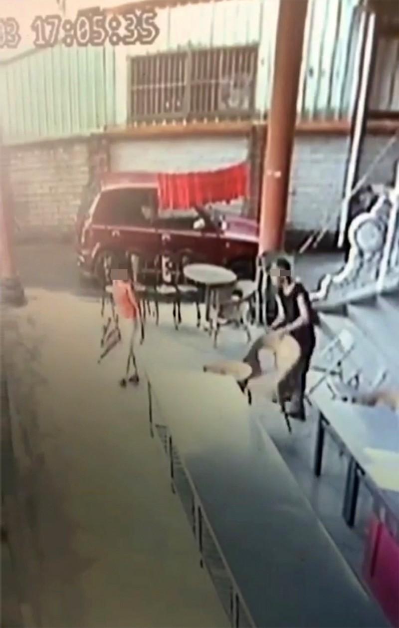 嗜酒男子在中寮鄉文山宮拿籐椅、鐵椅砸8旬老婦人,南投地院依傷害罪名判刑10個月。(資料照,圖擷自監視畫面)
