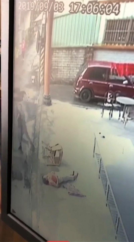 老婦人被砸傷躺在地上。(資料照,圖擷自監視畫面)