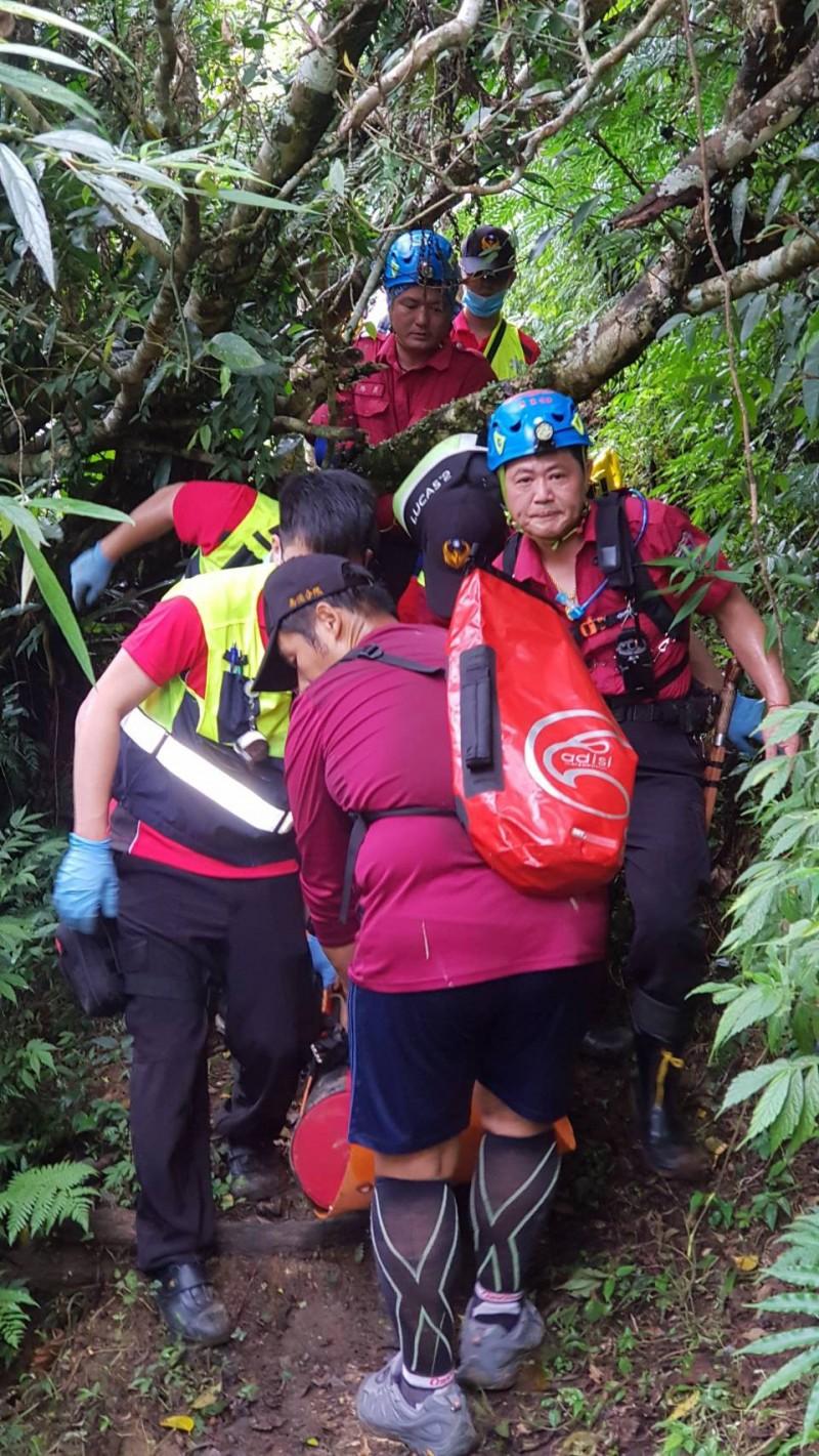 消防人員將黃男搬運下山,並送醫急救。(記者林敬倫翻攝)