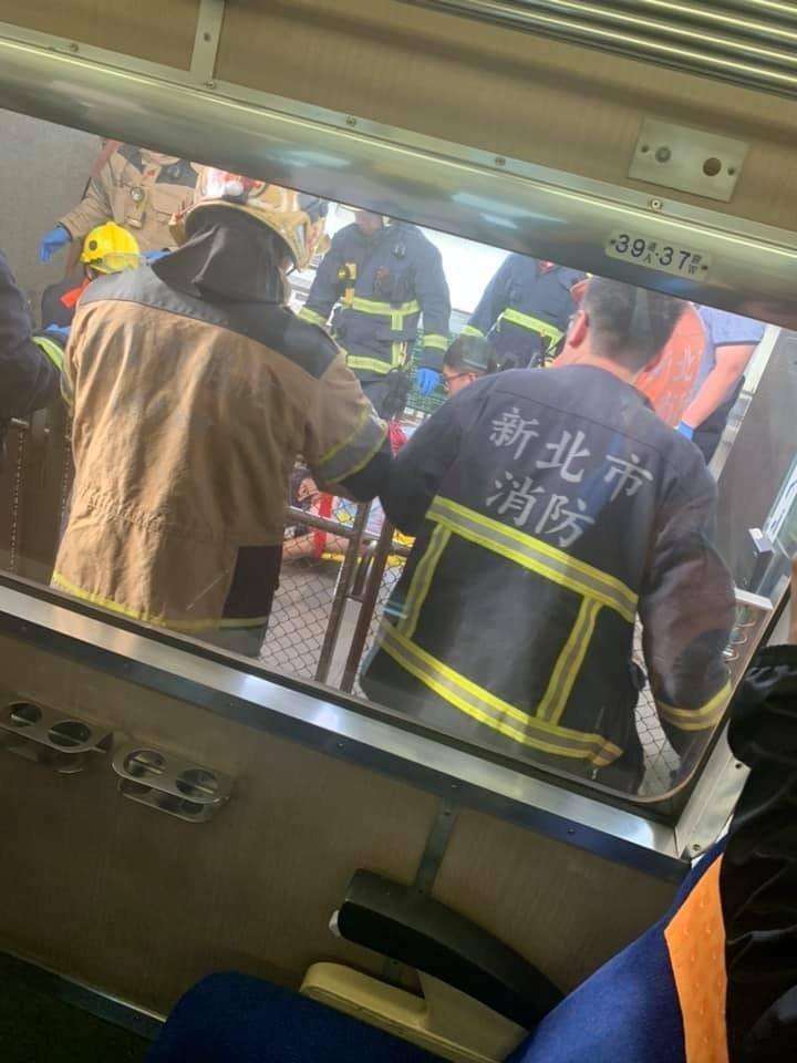 521次莒光號行經板橋浮洲站時發生民眾落軌事故。(網友Martin Sun提供)