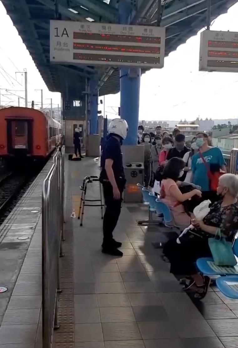 521次莒光號行經板橋浮洲站時發生民眾落軌事故,該車次乘客全數下車。(記者陳薏云翻攝)