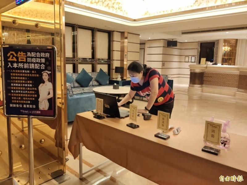 酒店業者已經開始為6月1日復業做準備工作。(記者謝武雄攝)