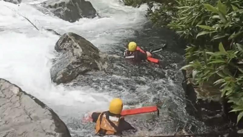 胡姓男子被湍急的溪水沖走,新北市第六救災救護大隊緊急救援,希望能找到被溪水沖走的胡男。(記者林嘉東翻攝)