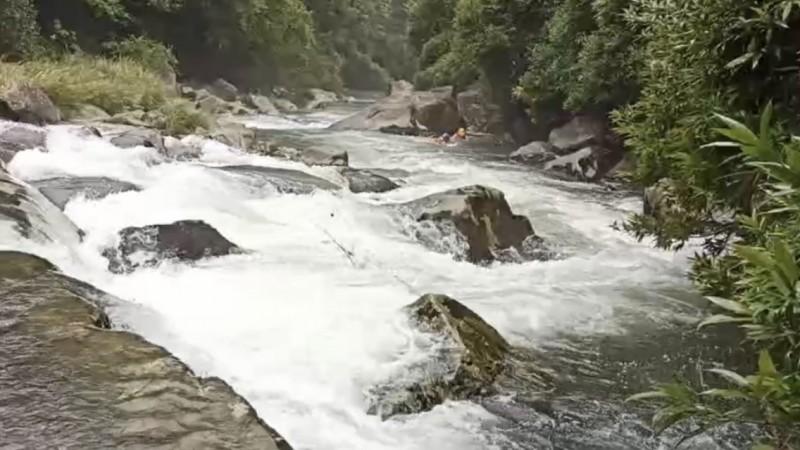 胡姓男子為了就掉落溪水的女兒,被湍急的溪水沖走。(記者林嘉東翻攝)