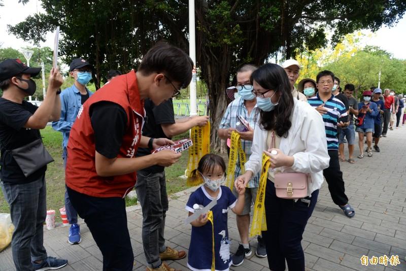 今天下午罷韓領銜人張博洋、尹立在岡山公園發黃絲帶,現場也是大排長龍。(記者許麗娟攝)