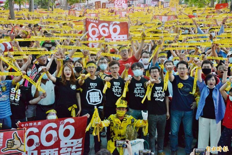 666罷韓演習在投票前黃金週六,選在捷運南岡山站,眾人高舉光復高雄黃絲布。(記者許麗娟攝)
