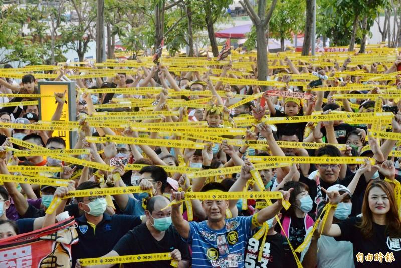 捷運南岡山站外廣場布滿黃絲帶。(記者許麗娟攝)