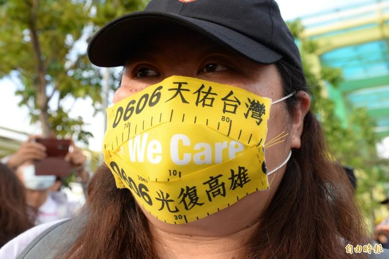 民眾用光復高雄黃絲帶製作口罩。(記者許麗娟攝)
