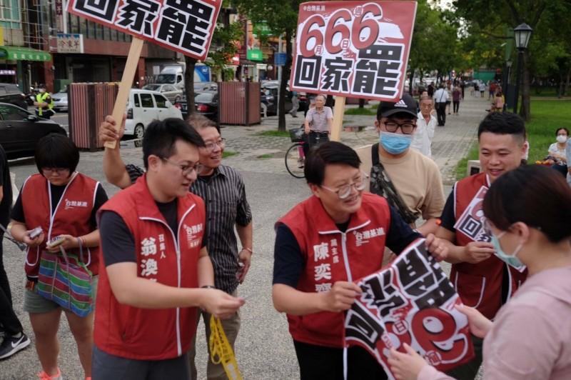 台灣基進在嘉義市文化公園呼籲民眾參與罷韓。(記者林宜樟翻攝)