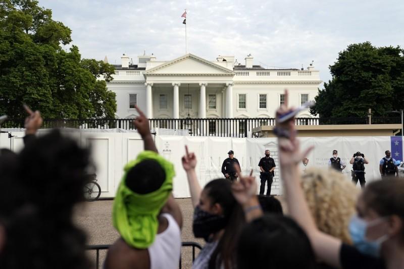 大量抗議人士聚集之下,白宮一度封鎖。(美聯社)